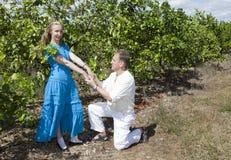 L'homme et la femme, couple affectueux, font une déclaration de l'amour sur une plantation des oranges, Cuba Photo libre de droits