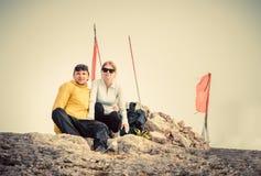 L'homme et la femme couplent des voyageurs sur le sommet de montagne Photographie stock libre de droits