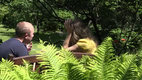 L'homme et la femme couplent le conflit fâché sur le banc en parc 4K clips vidéos
