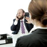 L'homme et la femme d'affaires de barbe signent soient tranquilles Images stock