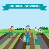 L'homme et la femme d'agriculteur commencent la saison de planter des légumes Photo stock
