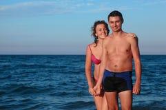 L'homme et la femme dans des maillots de bain restent dans l'eau Photographie stock