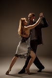 L'homme et la femme dansant le tango argentin Photos stock