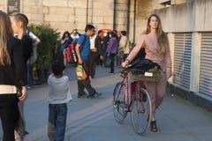 L'homme et la femme de hippie se sont habillés dans le style frais de Londonien marchant à la banque du sud Image stock