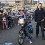 L'homme et la femme de hippie se sont habillés dans le style frais de Londonien marchant à la banque du sud Photographie stock