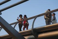 L'homme et la femme de hippie se sont habillés dans le style frais de Londonien marchant à la banque du sud Photo libre de droits
