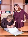 L'homme et la femme discutent dans le bureau Photo stock