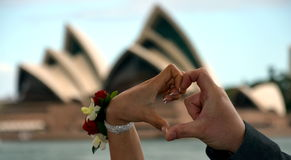 L'homme et la femme faisant le coeur forment avec la main Photo stock
