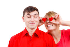 L'homme et la femme folle tient les coeurs rouges au-dessus des yeux Images stock