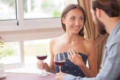 L'homme et la femme gais se reposent en café Photographie stock