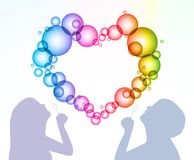 L'homme et la femme gonflent des bulles sous forme de coeur illustration libre de droits
