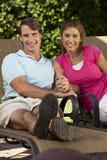 L'homme et la femme heureux accouplent des mains de fixation Photo libre de droits