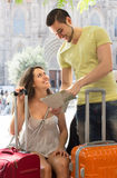 L'homme et la femme heureux avec une ville tracent Photo libre de droits