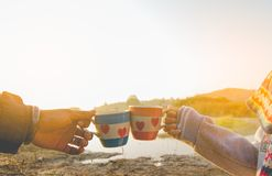 l'homme et la femme prennent une réunion et un café tintant en verre en nature Photo stock