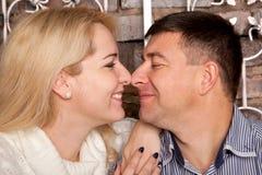 L'homme et la femme regardant fixement dedans à chaque autres observe Photos stock