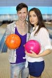 L'homme et la femme retiennent des billes dans le club de bowling Photos libres de droits