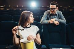 L'homme et la femme se réunissent dans le cinéma avant film images libres de droits