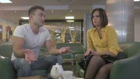 L'homme et la femme se reposent dans l'hôtel banque de vidéos