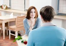 L'homme et la femme sont à la table Photos libres de droits