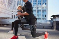 L'homme et la femme sportifs utilise la machine de SME photos libres de droits