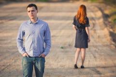 L'homme et la femme tristes se tiennent sur le chemin de terre Photo libre de droits