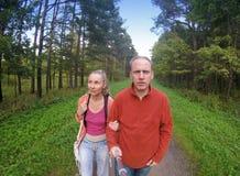 L'homme et la femme vont sur le chemin en parc, le ` d'oeil de poissons de ` de lentille Image stock
