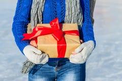 L'homme et la fille étreignent dans le dos avec le cadeau dans leurs mains Photo libre de droits