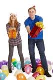 L'homme et le femme donnent des cadeaux d'isolement sur le blanc Photographie stock