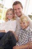 L'homme et les enfants posent ensemble Photos stock