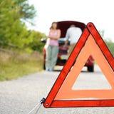 L'homme et les femmes adultes s'approchent de la voiture cassée photographie stock libre de droits