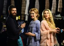 L'homme et les filles avec les visages heureux tiennent des portefeuilles Photo libre de droits