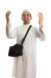 L'homme ethnique avec des bras a augmenté dans l'éloge Photographie stock libre de droits