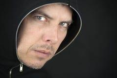 L'homme fâché regarde à l'appareil-photo Photographie stock libre de droits