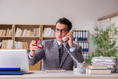 L'homme faisant la proposition au-dessus du téléphone Photo libre de droits