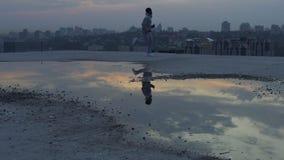 L'homme faisant le matin courent sur le toit de sa maison, la charge de la vivacité et l'énergie banque de vidéos