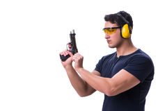 L'homme faisant le tir de sport de l'arme à feu d'isolement sur le blanc Images libres de droits