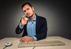 L'homme fait des gestes avec la main, dirigeant le doigt à l'appareil-photo Photo libre de droits