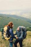 L'homme fait la proposition dans les montagnes photographie stock libre de droits