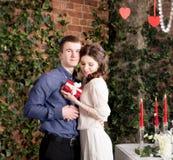 L'homme fait le cadeau, boîte pour son amie Valentine, amour et relations Tendresse Photos stock