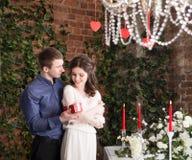 L'homme fait le cadeau, boîte pour son amie Valentine, amour et relations Tendresse Photographie stock