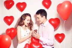 L'homme fait le présent à sa belle fille d'amoureux Le Saint Valentin de l'amant Valentine Couple Le garçon donne à ses bijoux d' image stock