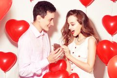L'homme fait le présent à sa belle fille d'amoureux Le Saint Valentin de l'amant Valentine Couple Le garçon donne à ses bijoux d' images stock