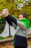 L'homme fait le selfie dans le jour d'automne dehors Photos stock