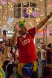 L'homme fait le selfie Les passionés du football de différents pays célèbrent la victoire de l'équipe russe sur l'Espagne image stock