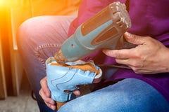 L'homme a fait les chaussures du ` s des enfants photos libres de droits