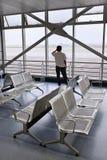 L'homme fait un appel téléphonique dans le hall de attente, aéroport de Kunming, Chine Image libre de droits