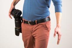 L'homme a fixé un appareil-photo dans sa ceinture Photos stock
