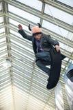 L'homme focalisé, habillé dans un costume saute Photo libre de droits