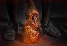 L'homme fort méconnaissable travaille avec l'haltère brûlante photo stock