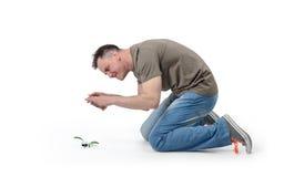 L'homme frais photographie la fleur futée de téléphone sur le blanc Photo libre de droits